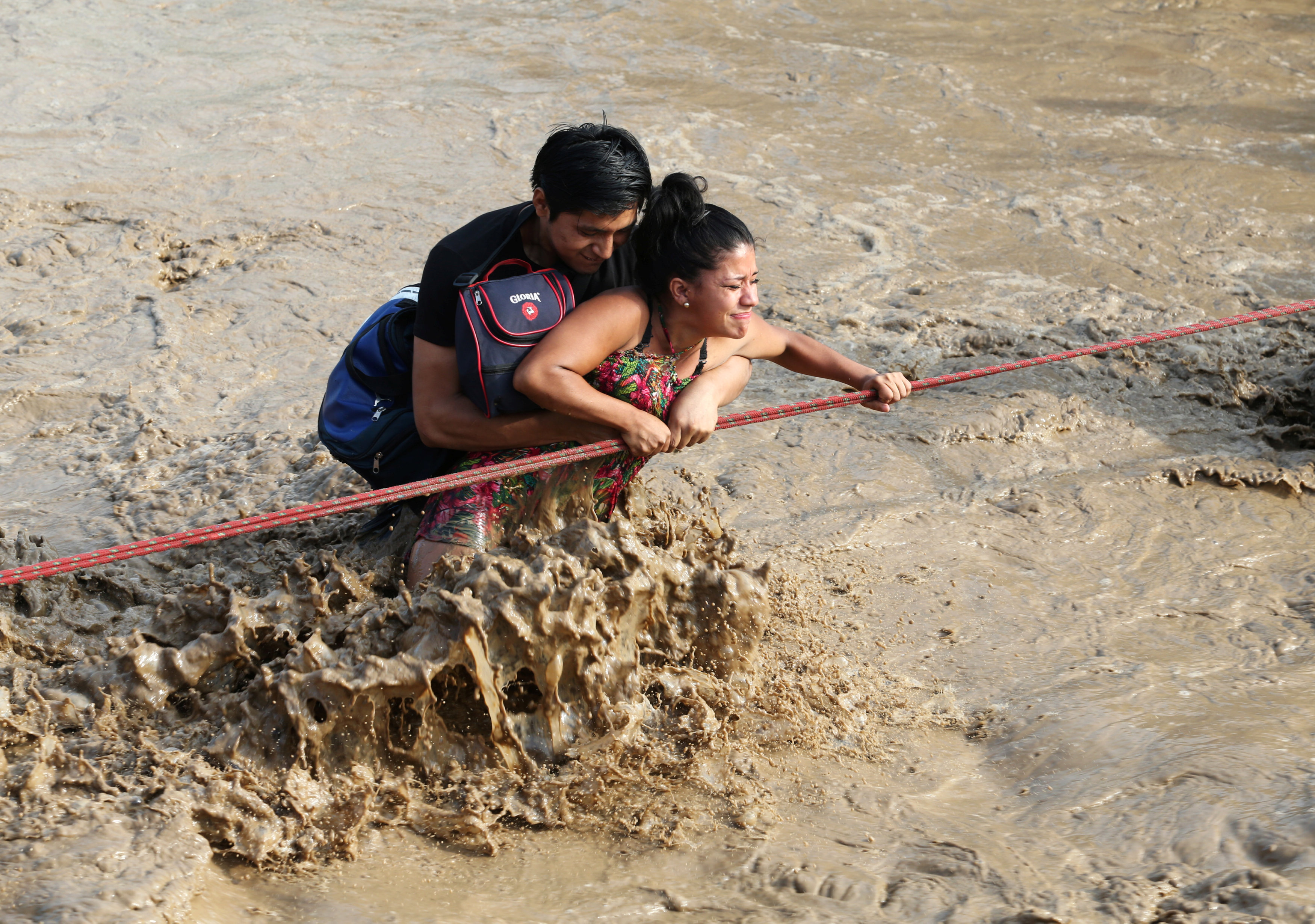 شاب يحاول انقاذ فتاه