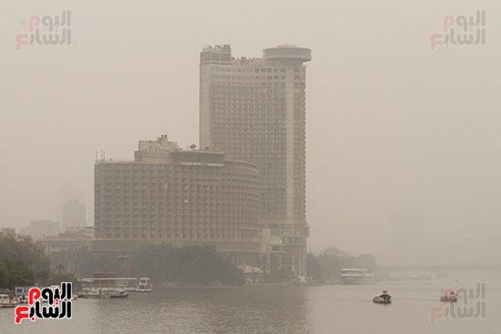 الأتربة تخفى المبانى المطلة على نهر النيل