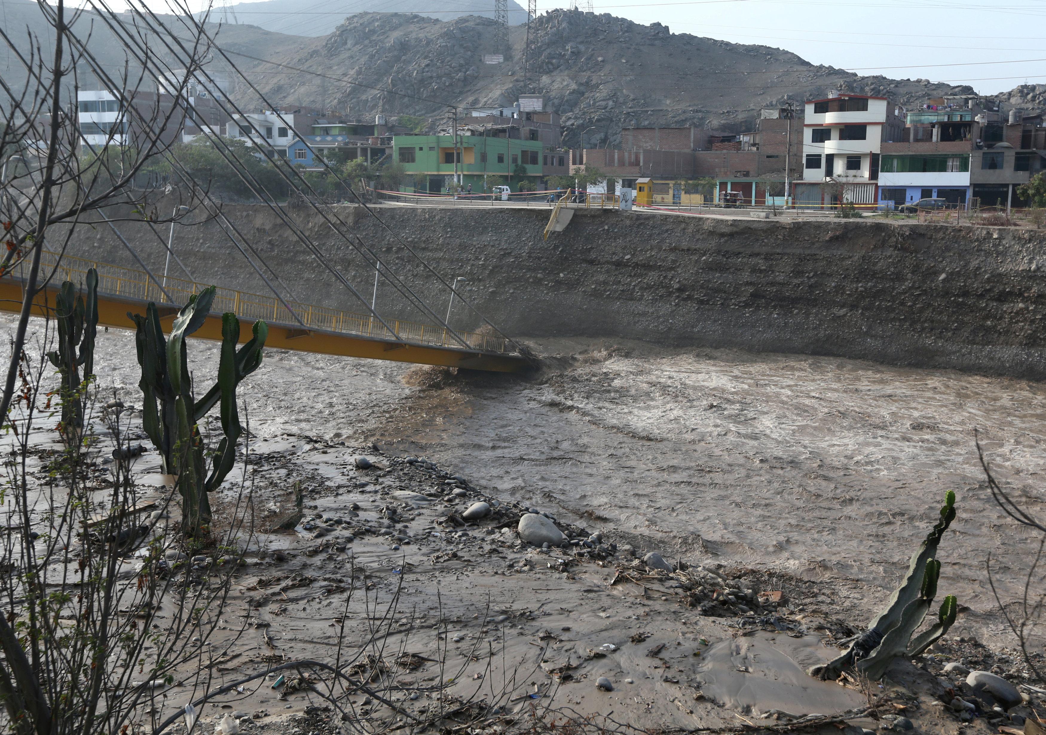 سقوط جسر نتيجة للأمطار الغزيرة