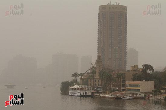 الأتربة تغطى نهر النيل