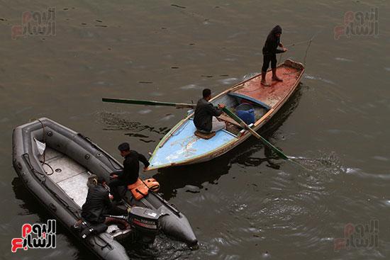 الصيادون يلقون الشباك فى مياه نهر النيل