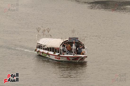 مواطنون يستقلون مركب فى نهر النيل