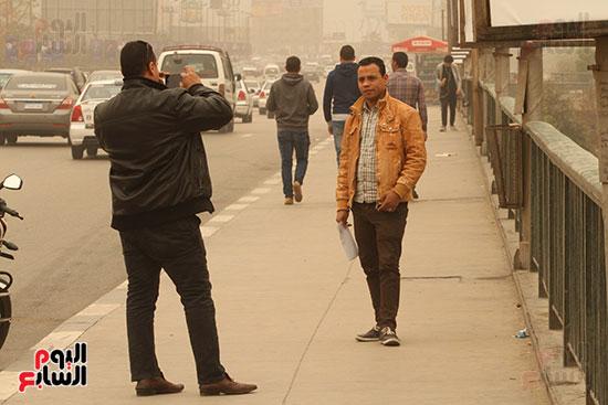 مواطن يلتقط الصور فوق كوبرى قصر النيل