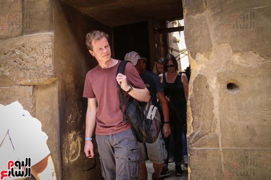 سائح-يلقى-نظرة-أعجاب--على-الاثار-المصرية