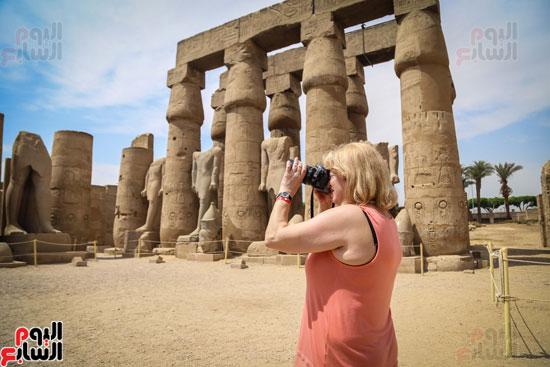 سائحة-تلتقط-صورة-فوتوغرافية-فى-معبد-الاقصر