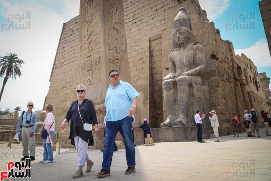السائحين-يتوافدون-على-معبد-الأقصر
