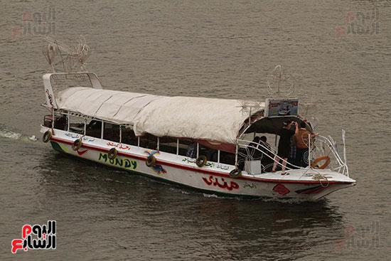 مركب يسير فى نهر النيل