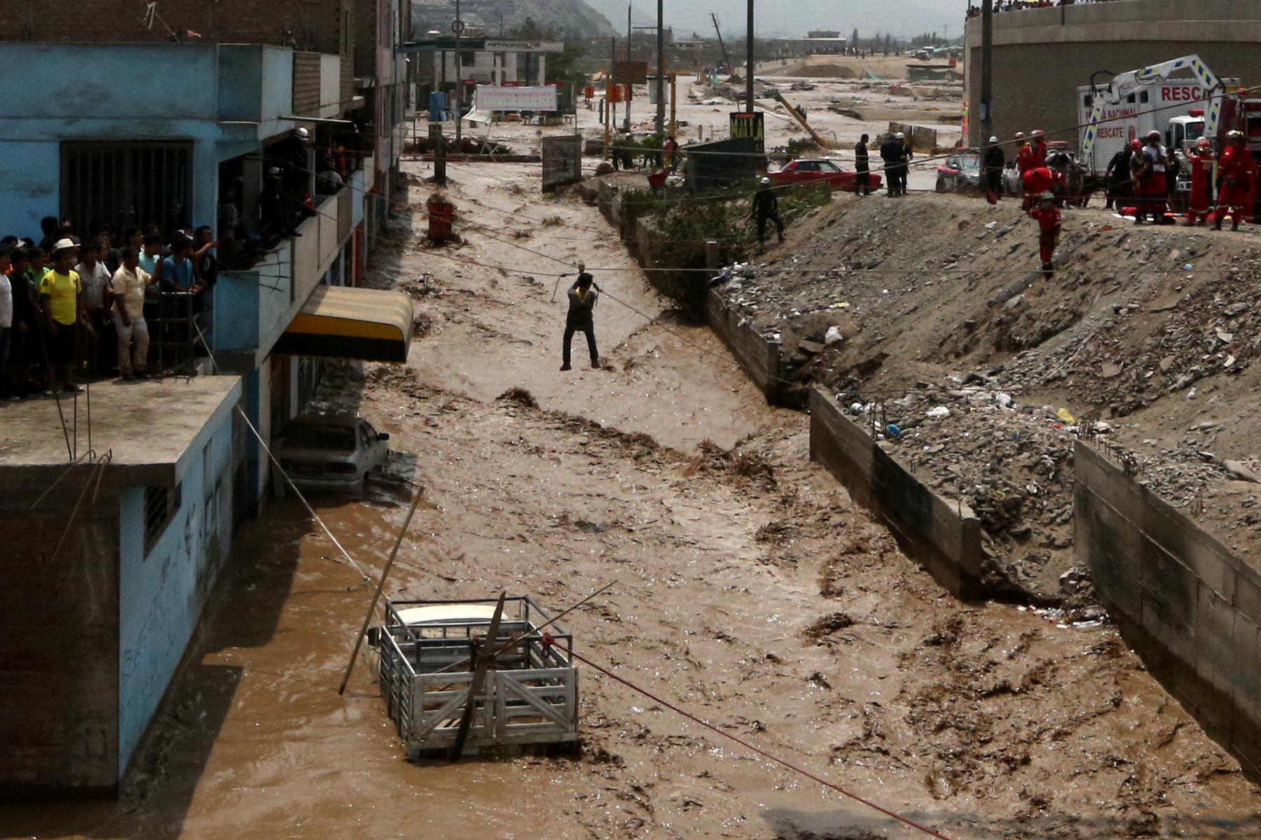 جانب من عمليات انقاذ المحاصرين وسط المياه