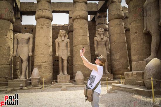 سائحة-تلتقط-صور-تذكارية-من-داخل-المعبد