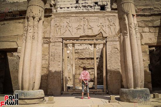 سائحة-تقف-بخشوع-أمام-النقوش-المصرية