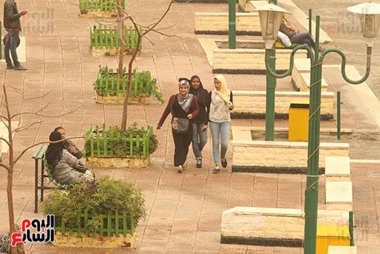 فتايات يتنزهن فى الحدائق المطلة على كوبرى قصر النيل
