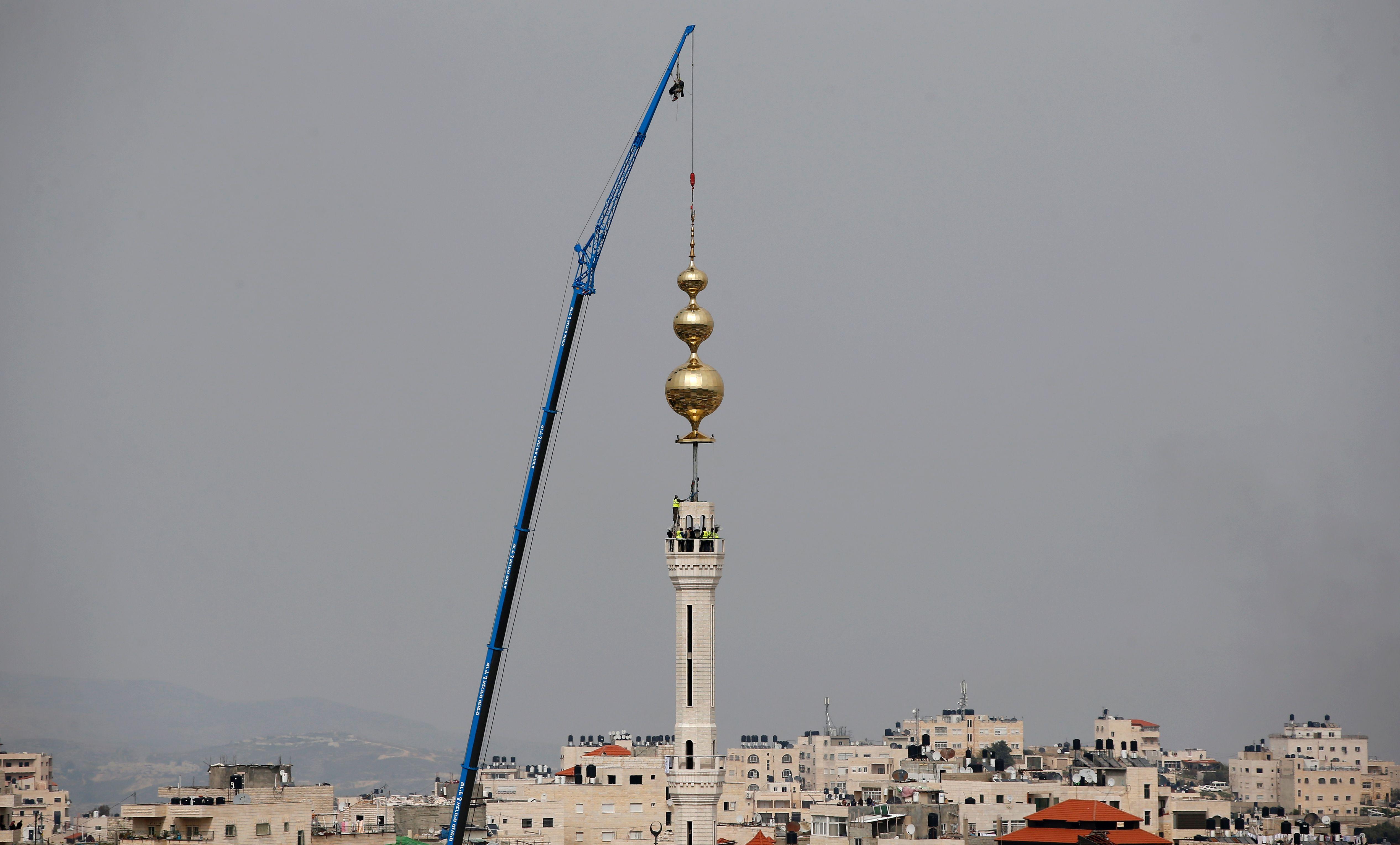 تثبيت هلال المئذنة على المسجد