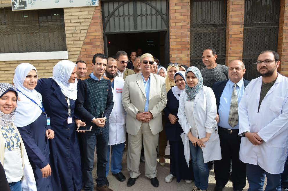 4- صورة جماعية للمحفظ مع طاقم المستشفى