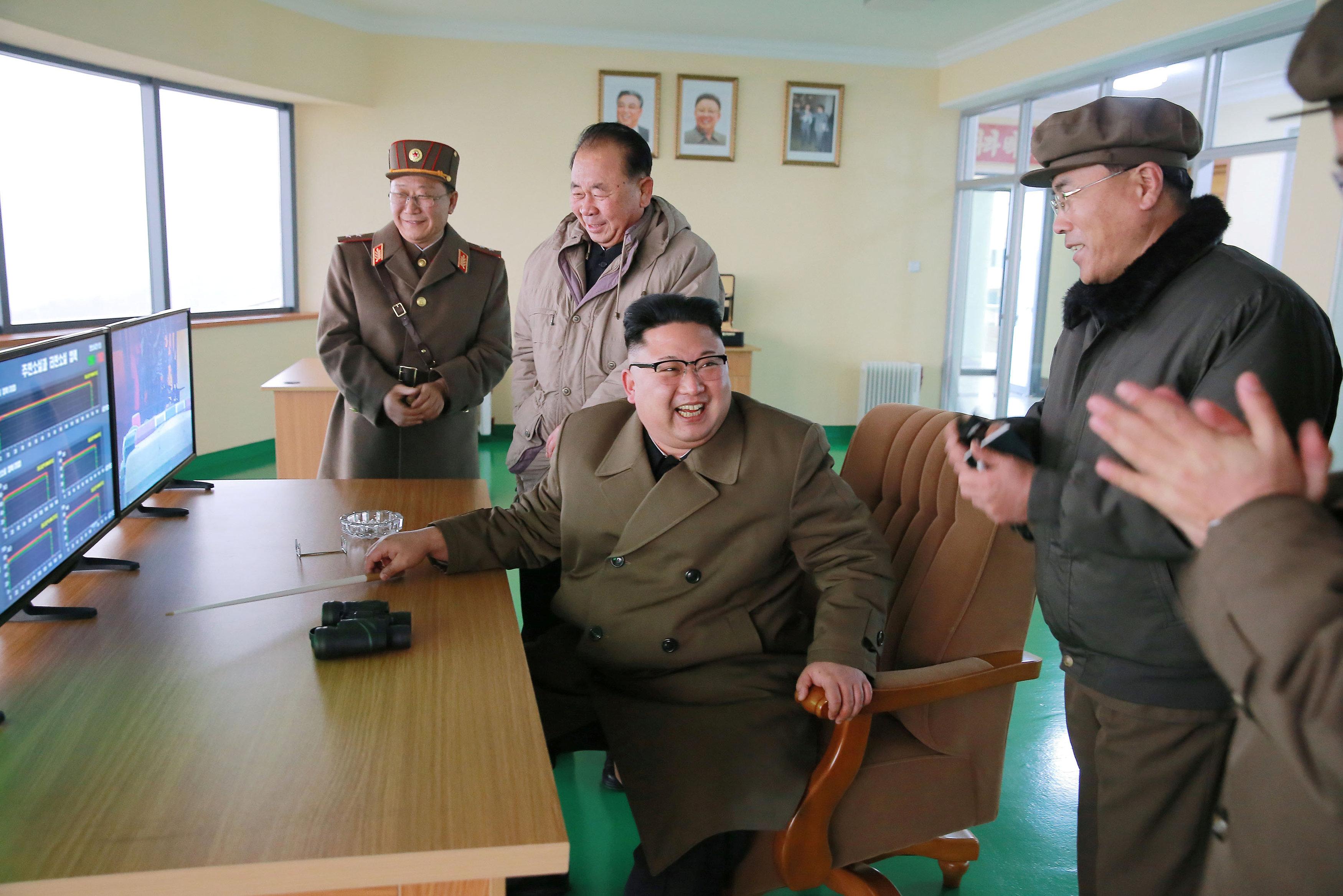 زعيم كوريا الشمالية أثناء اختبارة لمحرك الصاروخ