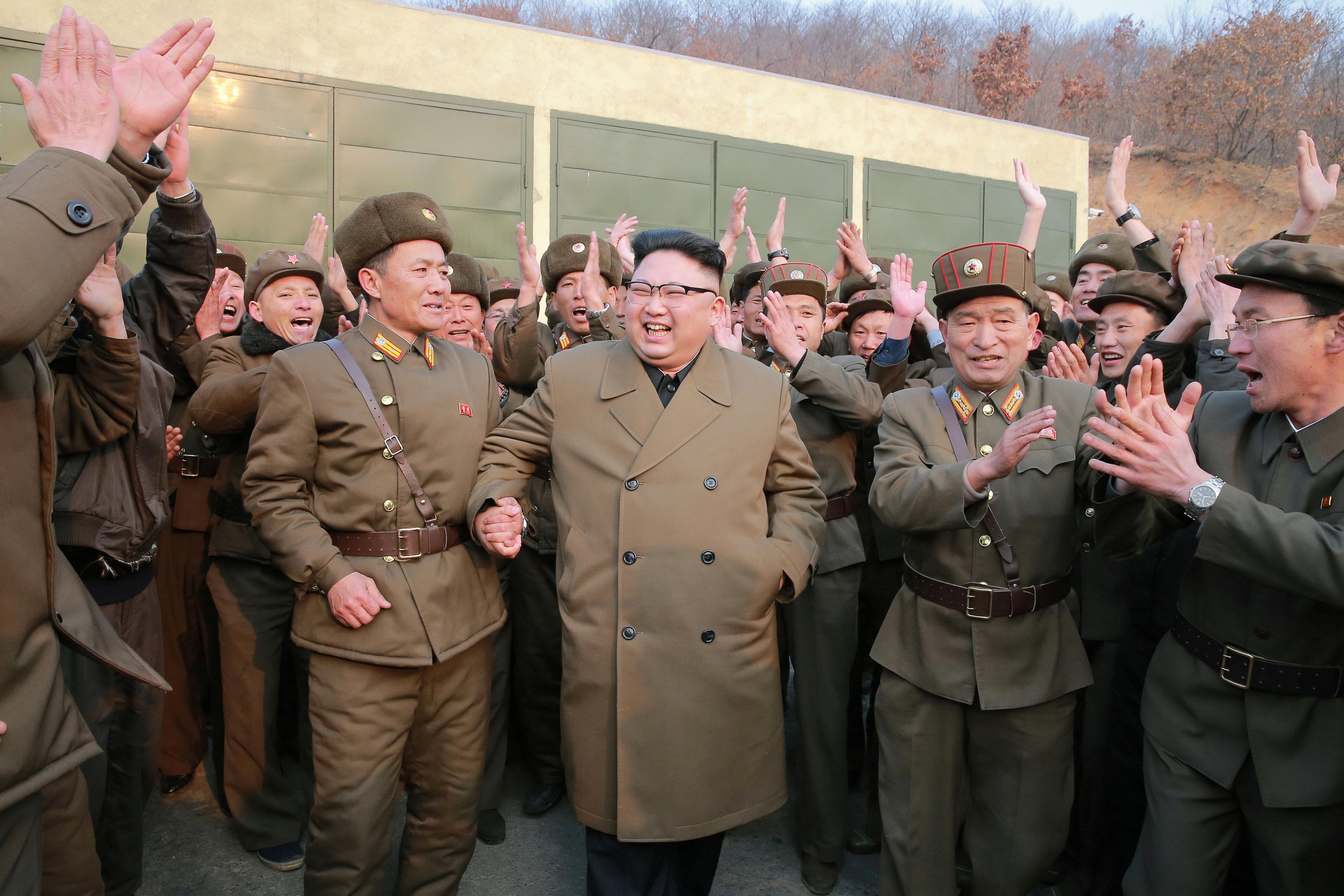 زعيم  كوريا الشمالية وسط  قادة القوات المسلحة
