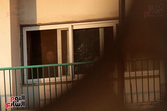 مبارك يحيى أنصاره من شرفة غرفته بمستشفى المعادى العسكرى (15)