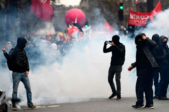 """آلاف المتظاهرين في باريس ضد """"عنف عناصر الشرطة"""""""