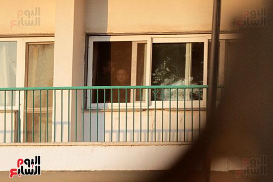 مبارك يحيى أنصاره من شرفة غرفته بمستشفى المعادى العسكرى (13)