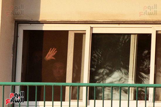 مبارك يحيى أنصاره من شرفة غرفته بمستشفى المعادى العسكرى (3)