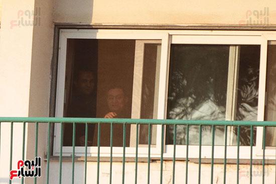 مبارك يحيى أنصاره من شرفة غرفته بمستشفى المعادى العسكرى (6)