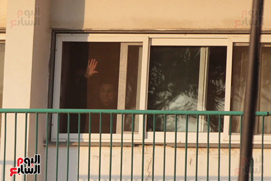مبارك يحيى أنصاره من شرفة غرفته بمستشفى المعادى العسكرى (4)