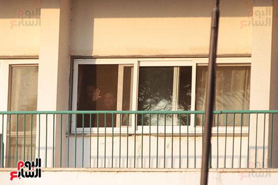 مبارك يحيى أنصاره من شرفة غرفته بمستشفى المعادى العسكرى (8)