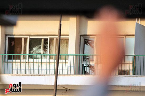 مبارك يحيى أنصاره من شرفة غرفته بمستشفى المعادى العسكرى (18)