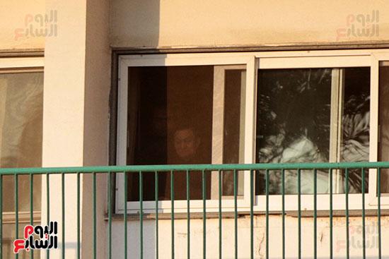 مبارك يحيى أنصاره من شرفة غرفته بمستشفى المعادى العسكرى (10)