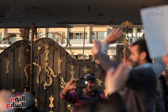مبارك يحيى أنصاره من شرفة غرفته بمستشفى المعادى العسكرى (16)