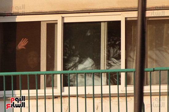مبارك يحيى أنصاره من شرفة غرفته بمستشفى المعادى العسكرى (2)