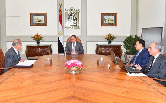 """السيسي يطمئن من وزير الصحة على حالات أهالى """"شبرا الخيمة"""" وتلاميذ سوهاج"""