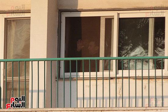 مبارك يحيى أنصاره من شرفة غرفته بمستشفى المعادى العسكرى (5)