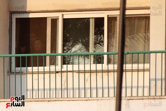 مبارك يحيى أنصاره من شرفة غرفته بمستشفى المعادى العسكرى (12)