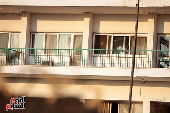 مبارك يحيى أنصاره من شرفة غرفته بمستشفى المعادى العسكرى (9)