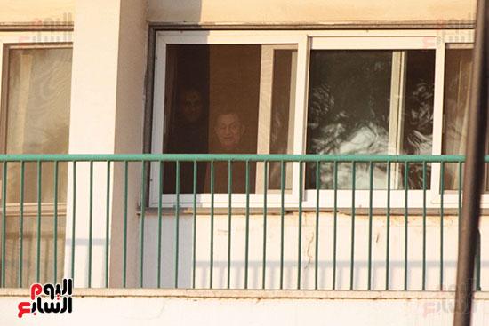 مبارك يحيى أنصاره من شرفة غرفته بمستشفى المعادى العسكرى (7)