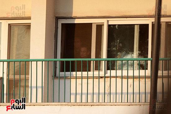 مبارك يحيى أنصاره من شرفة غرفته بمستشفى المعادى العسكرى (14)