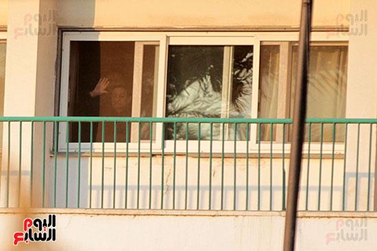 مبارك يحيى أنصاره من شرفة غرفته بمستشفى المعادى العسكرى (17)