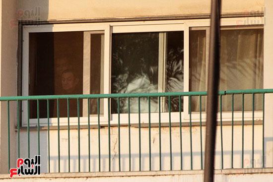 مبارك يحيى أنصاره من شرفة غرفته بمستشفى المعادى العسكرى (11)