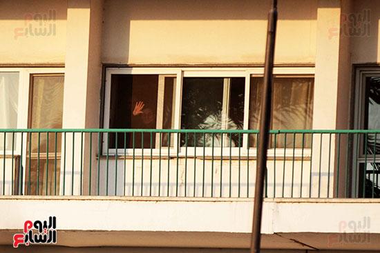 مبارك يحيى أنصاره من شرفة غرفته بمستشفى المعادى العسكرى (1)