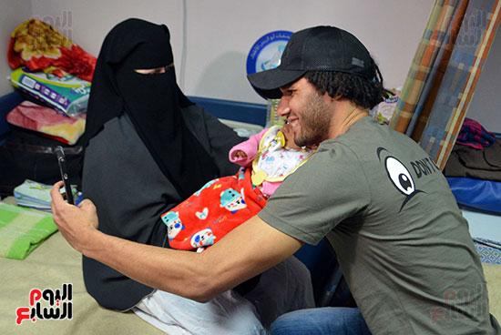 محمد الننى يوزع تيشرتات ارسنال على اطفال ابو الريش (19)