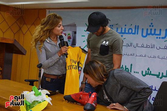 محمد الننى يوزع تيشرتات ارسنال على اطفال ابو الريش (34)