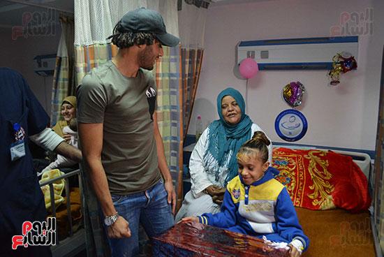 محمد الننى يوزع تيشرتات ارسنال على اطفال ابو الريش (21)