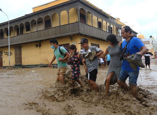 مواطن ينزح المياه والوحل من داخل منزله