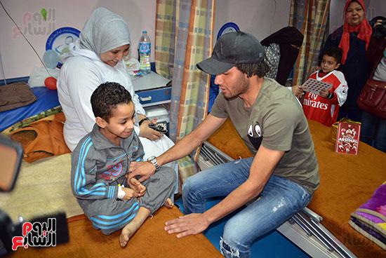 محمد الننى يوزع تيشرتات ارسنال على اطفال ابو الريش (16)