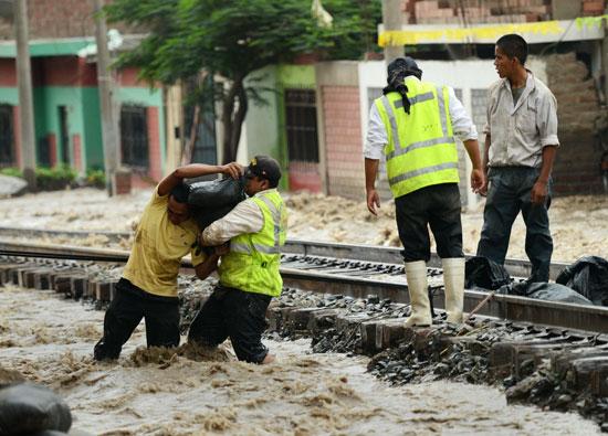 الحماية المدنية يحاولون وضع الرمال لمنع تصدع فى شريط القطار