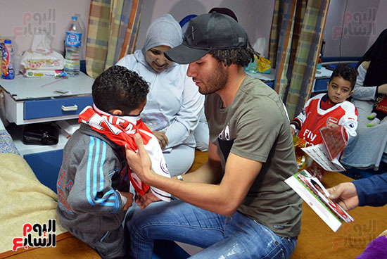محمد الننى يوزع تيشرتات ارسنال على اطفال ابو الريش (17)