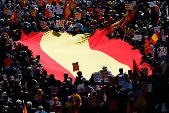 آلاف المتظاهرين فى شوارع برشلونة احتجاجا على انفصال كاتالونيا