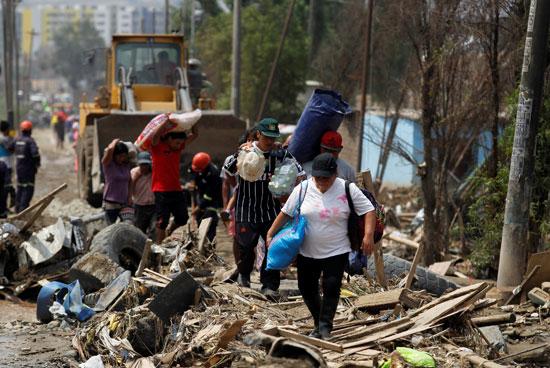 أشخاص ينزحون من أماكنهم نتيجة للمأساة