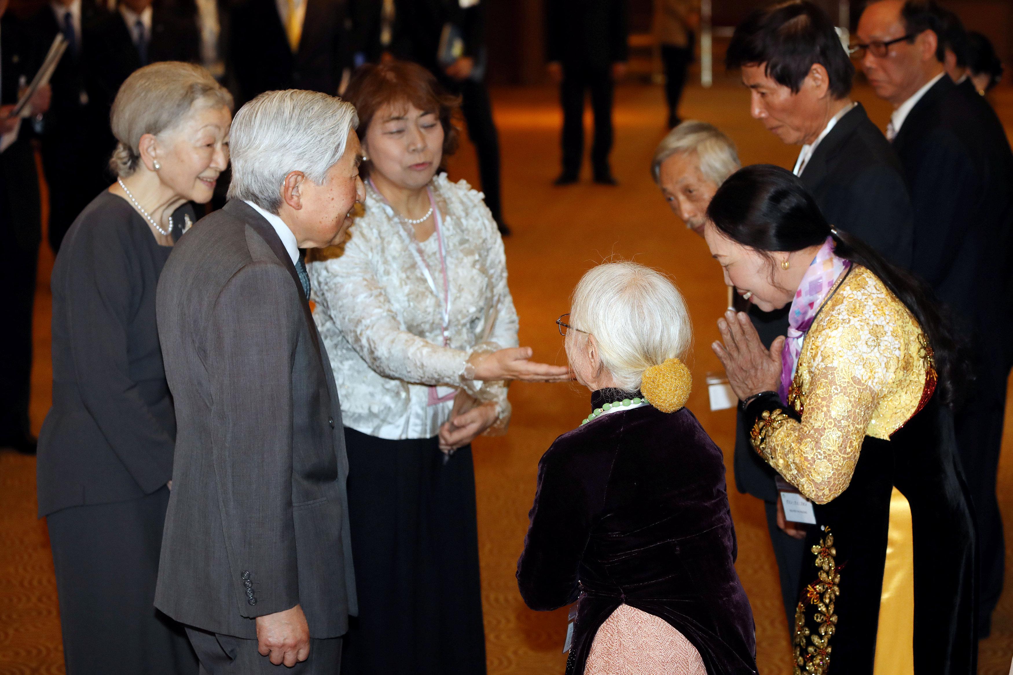 امبراطور اليابان اكيهيتو والامبراطورة ميتشيكو مع أفراد أسر  قدامى المحاربين اليابانيين