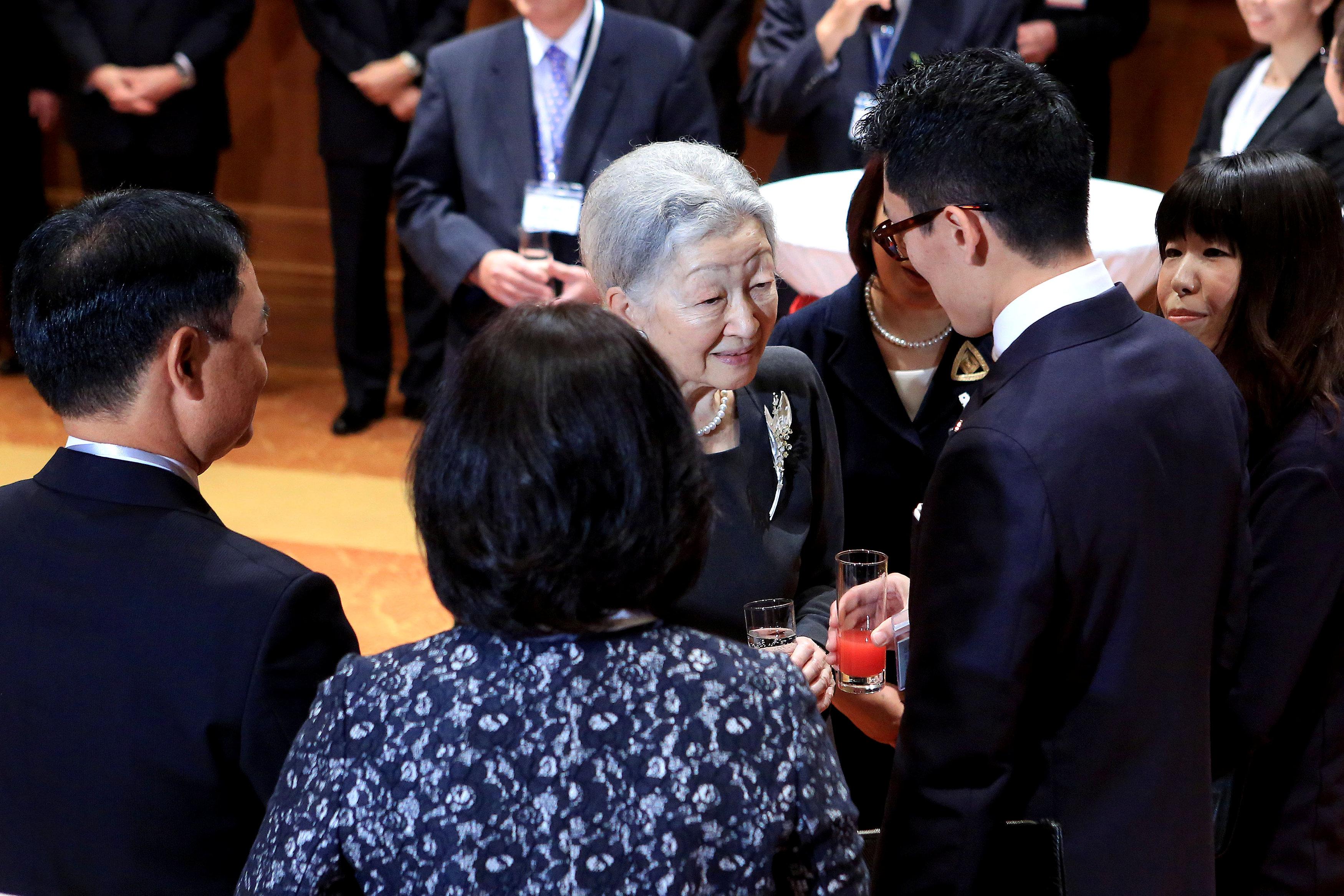 الامبراطورة ميتشيكو تتحدث مع عدد من الشخصيات البارزة